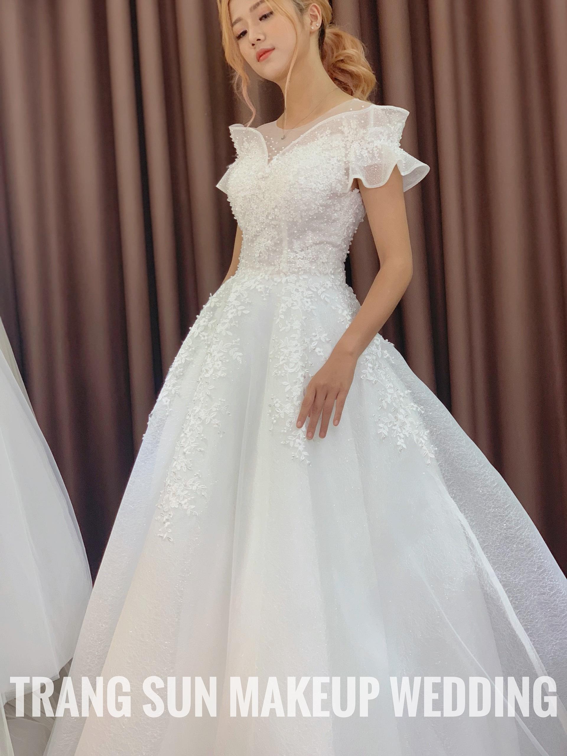 váy cưới và trang điểm